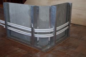 جزءیات اجرایی عبور لوله ها در دستشوییی و حمام از گوشه با توجه به مسله خم پذیری لوله های اب گرم و سرد لازم است در گوشه هایی که لوله باید عبور کند با پخ حدود ۲۰ سانتیمتر از هر طرف امکان خم شدن و عبور راحت لوله ها را فراهم نمود و امکان بستن و پر نمودن فایبر سمنت در کناره ها فراهم میگردد